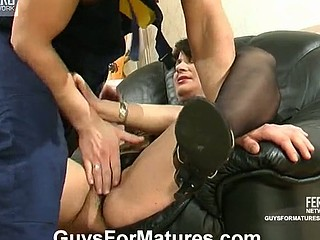 Steaming hawt older chick going down for hawt quickie with well-hung worker