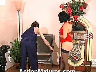 Horny worker turns on from the sight of mamma